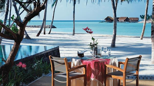 Reethi Rah resort, al fresco dining on the beach
